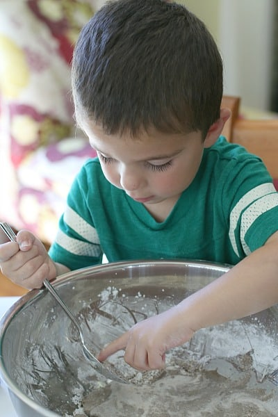 finish making the sandy oobleck recipe by hand